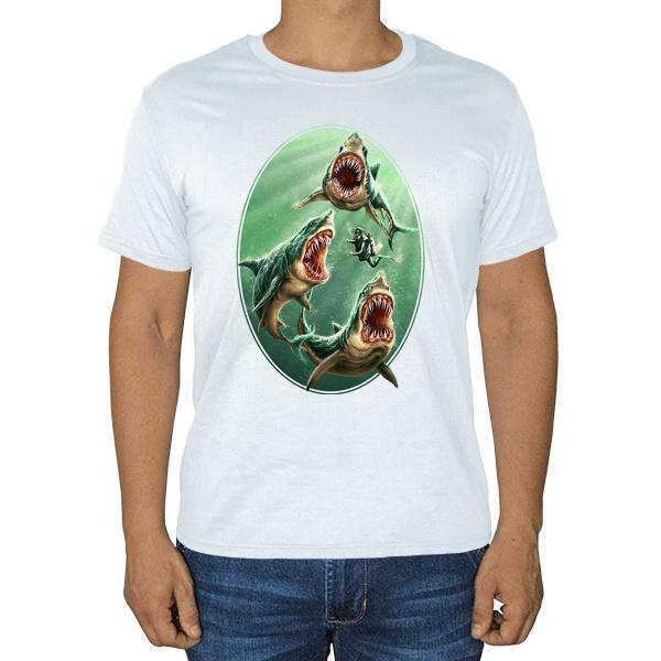 Водолаз и хищные акулы, белая футболка