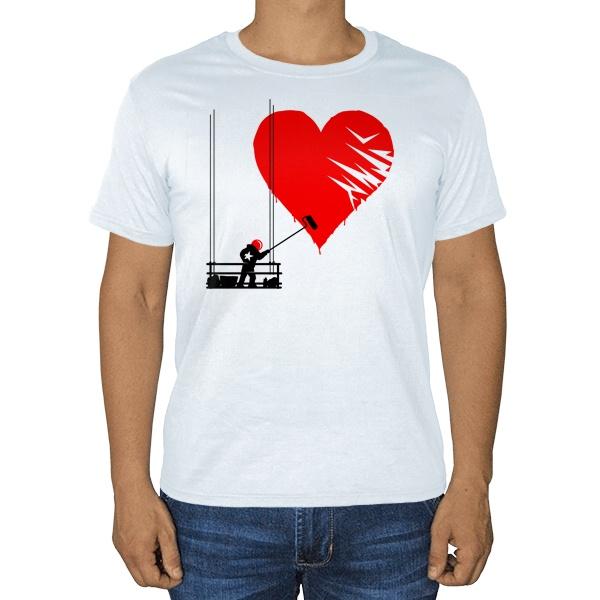 Маляр рисует сердце, белая футболка