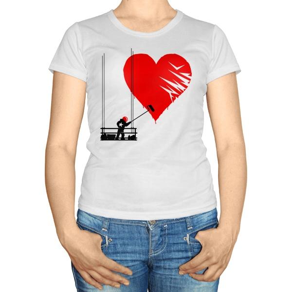 Женская футболка Маляр рисует сердце