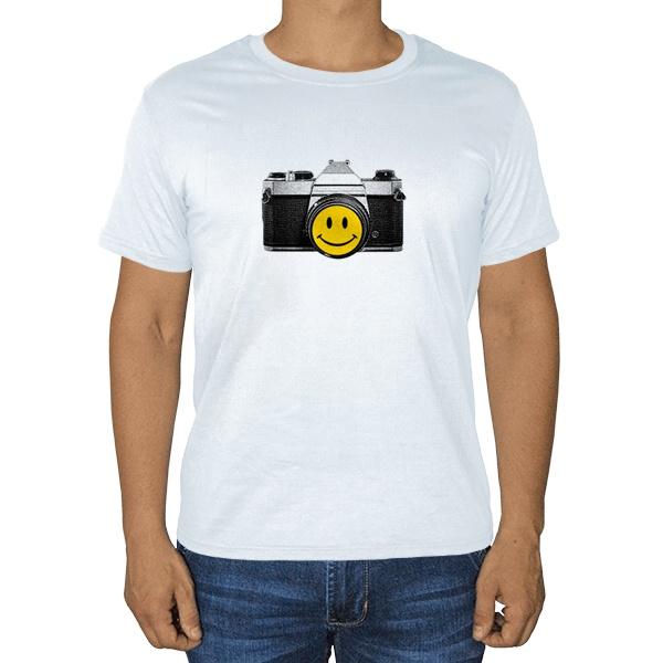 Фотоаппарат со смайликом, белая футболка