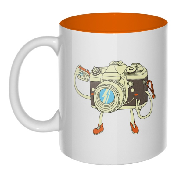 Фотоаппарат делает селфи, кружка цветная внутри