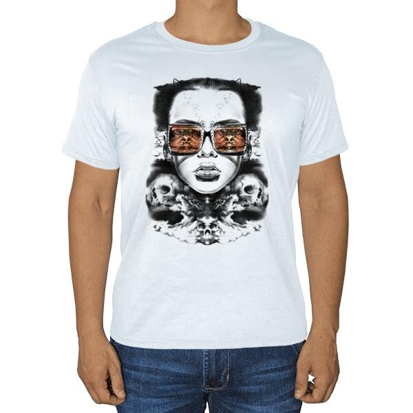 Девушка с отражением черепов в очках, белая футболка