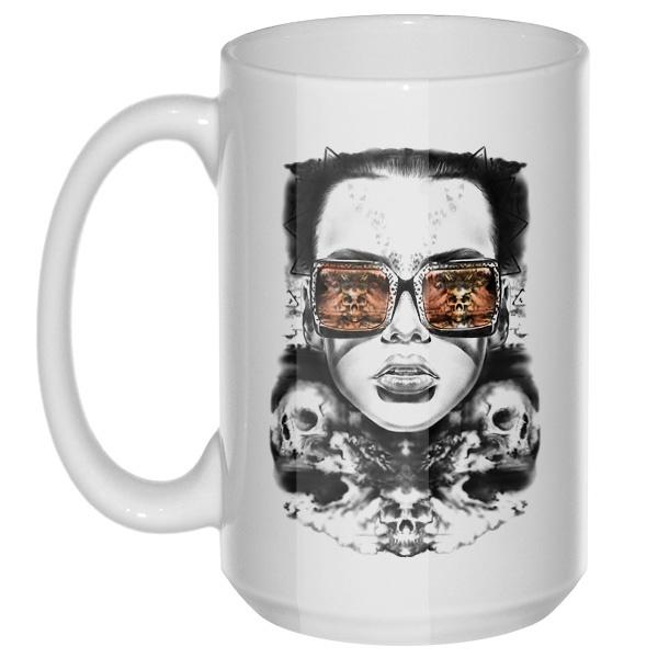 Девушка с отражением черепов в очках, большая кружка с круглой ручкой