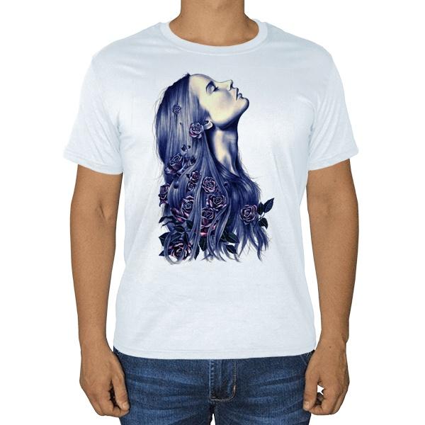 Девушка с цветами в волосах, белая футболка
